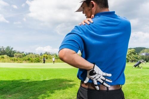 ゴルフで怪我をした男性