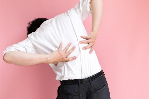 腰痛に悩む男性