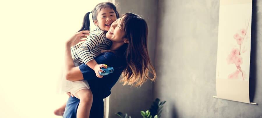 腰痛が治り子供を抱く母